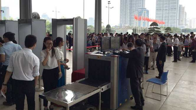 Tất cả những người vào tham dự đều được kiểm tra an ninh chặt chẽ(Ảnh: Quỳnh Trung/TTO)