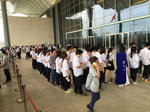 Rất đông sinh viên xếp hàng làm qua cửa an ninh để vào phòng diễn ra sự kiện (Ảnh: Thanh niên)