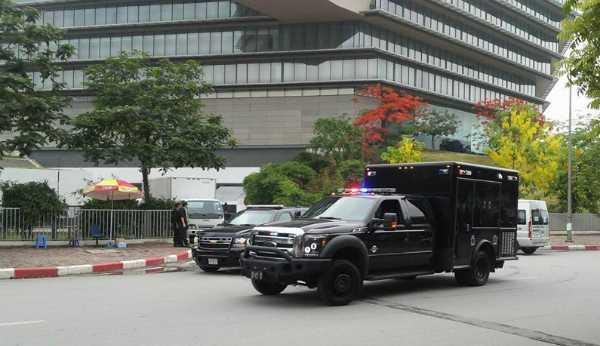 Đoàn xe của Tổng thống vào vị trí, chuẩn bị rời khách sạn (Ảnh: VNE)