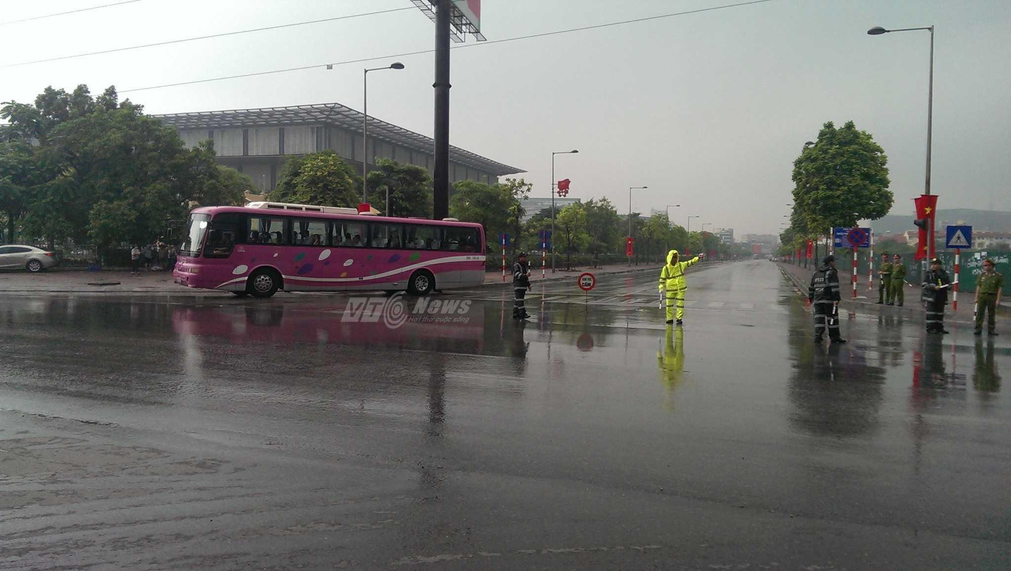 Bắt đầu cấm đường quanh TTHNQG (ảnh: Phạm Thịnh)