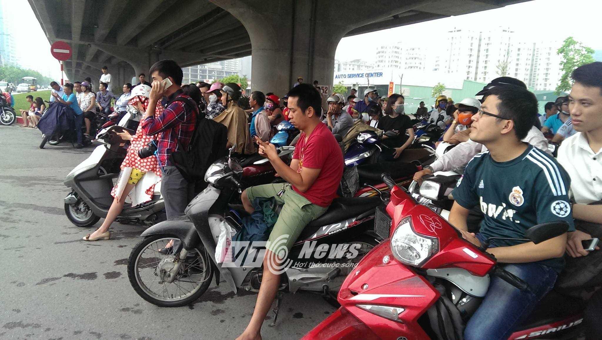 Người dân vẫn đang đứng chờ đón tổng thống (Ảnh: Phạm Thịnh)