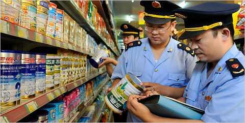 Cảnh sát Thượng Hải, Trung Quốc tiến hành kiểm tra, tịch thu sản phẩm sữa giả
