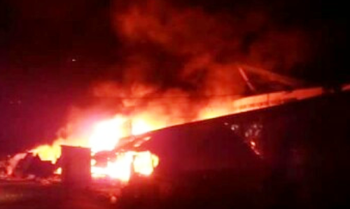 Ngọn lửa bùng phát dữ dội trong đêm tại Trung tâm Thương mại Núi Sam. Ảnh: A.X