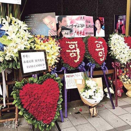 Hoa và băng rôn kỷ niệm 13 năm ngày mất Trương Quốc Vinh. Ảnh: On.