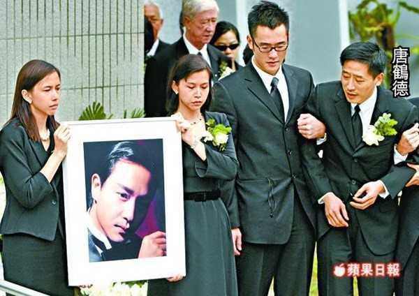 Đường Hạc Đức khóc ngất trong lễ tang của Trương Quốc Vinh. Hình ảnh để lại bao cảm xúc. Ảnh: On.
