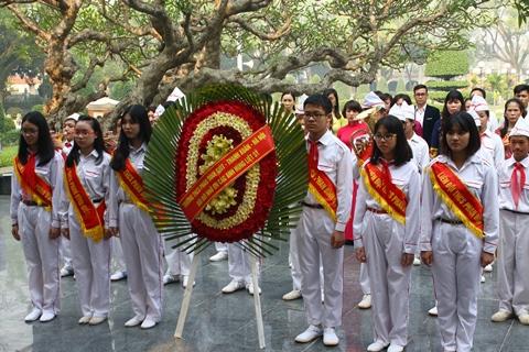 Đoàn trường THCS Phan Đình Giót và đoàn trường THCS Thanh Luông dâng hương, tưởng niệm các anh hùng liệt sĩ.