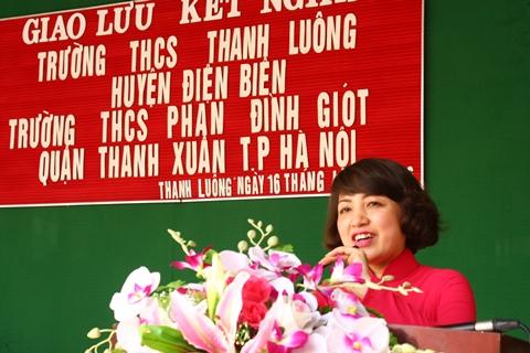 Bà Ngô Thị Diệp Lan phát biểu trong lễ trao quà và giao lưu kết nghĩa giữa 2 trường.