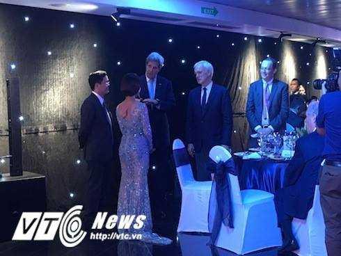 Uyên Linh được ông Vũ Hồng Nam mời chào hỏi và nói chuyện với Ngoại trưởng Mỹ ông John Kerry và Lãnh sự Mỹ ông Ted Osius.