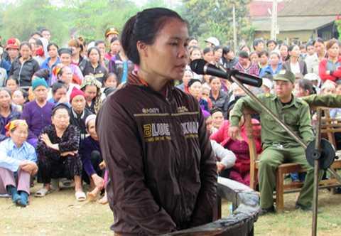 Lô Thị Đông nghe tòa tuyên án. Ảnh: Minh Nguyễn.