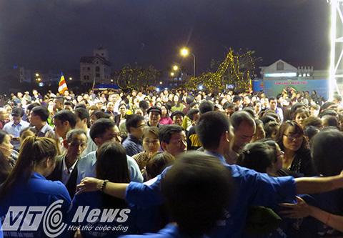 Mong muốn được chiêm bái Phật Ngọc hòa bình thế giới trong ngày đầu tiên được cung nghinh về Hải Phòng, cả vạn người dân địa phương và các tỉnh lân cận đã đồ về chùa Hồng Phúc (Kiến An, Hải Phòng) để tham dự buổi lễ