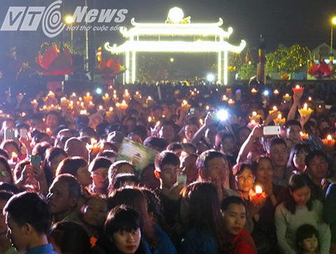 Sau phần nghi lễ, cả vạn người  dân cùng các tăng ni, phật tử trong và ngoài thành phố lần lượt tiến về lễ đài tận mắt chiêm bái, kính lễ tôn tượng Phật Ngọc hòa bình thế giới
