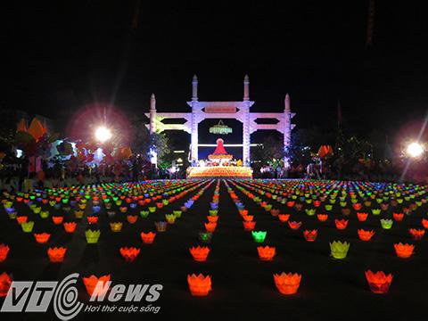 Hàng ngàn đèn hoa đăng cùng những ngọn nến lung linh được thắp lên chuẩn bị cho buổi lễ cầu cho thế giới hòa bình, chúng sinh an lạc
