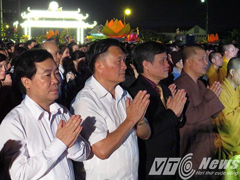 Lãnh đạo TP Hải Phòng, cùng đại diện các sở ngành, quan khách trang nghiêm trong giờ phút cung thỉnh các vị thượng tọa cùng các chư tôn đức tăng ni thực hiện nghi lễ khai mạc