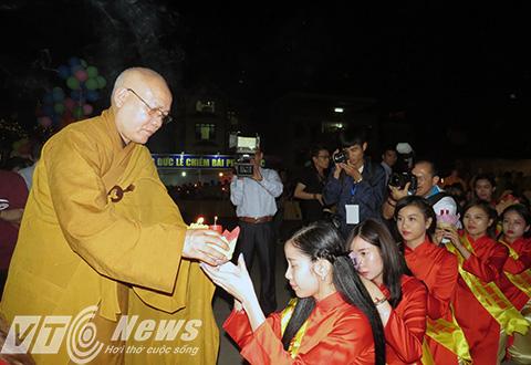 Thượng tọa Thích Quảng Tùng - Phó Chủ tịch Hội đồng trị sự Trung ương Giáo hội Phật giáo Việt Nam, Trưởng ban Trị sự Giáo hội phật giáo TP Hải Phòng truyền ngọn lửa thiêng sau khi hành lễ nguyện cầu cho thế giới hòa bình, chúng sinh an lạc