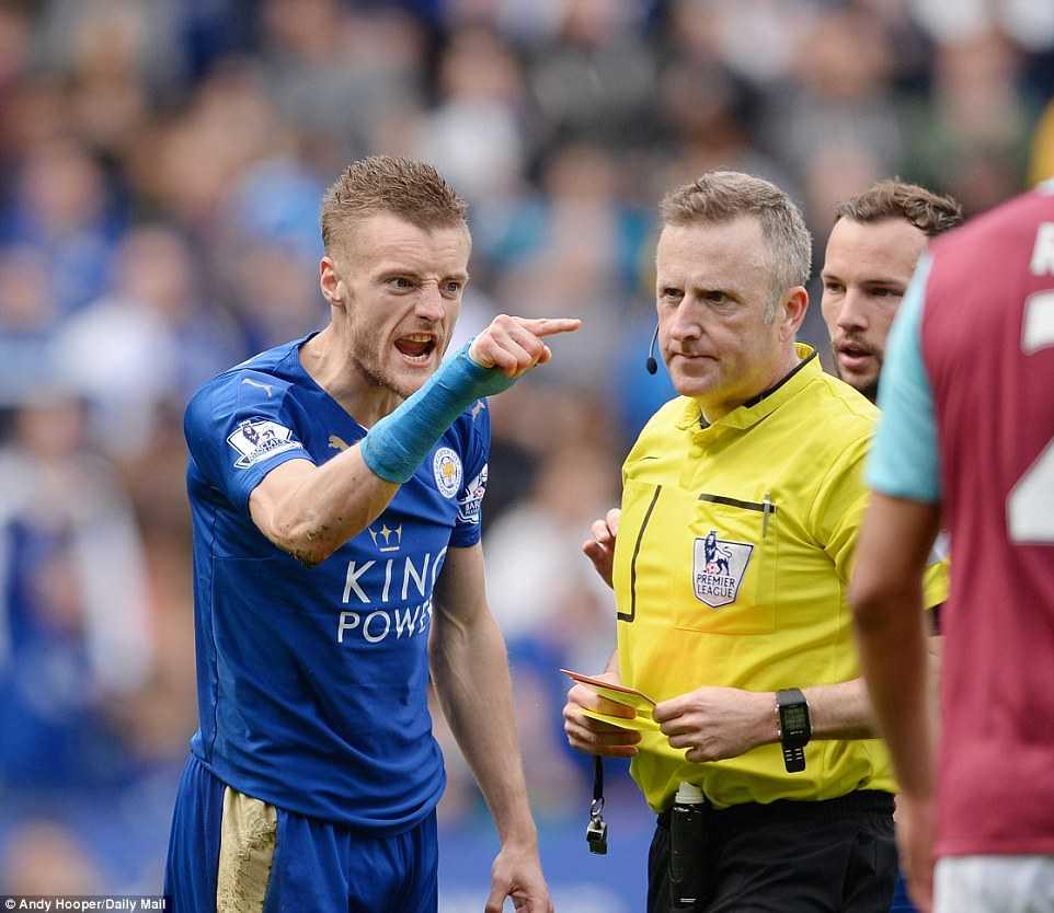 Nhưng không, Vardy bị đuổi. Trước trận đấu, ban tổ chức quyết định thay trọng tài chính nghi ngờ trọng tài là fan Leicester City