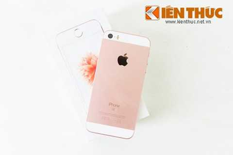 Một trong số những chiếc iPhone SE vàng hồng đầu tiên ở Việt Nam đã có mặt tại hệ thống bán lẻ CellphoneS, Hà Nội.