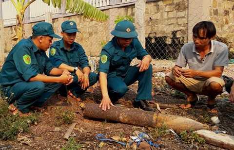 Đầu đạn pháo nặng gần nửa tạ bỗng nhiên từ trên trời bay vào vườn nhà dân tại Lao Bảo - Ảnh: Q.Nam