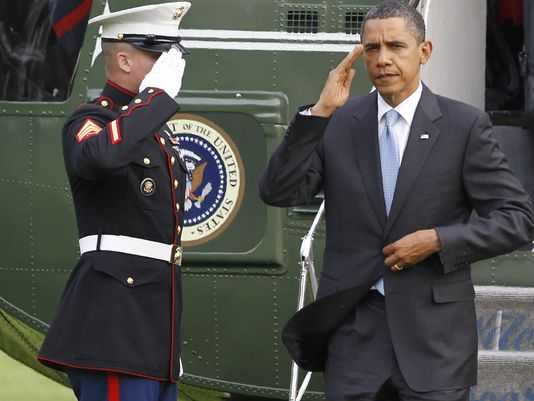 Binh sỹ lính thủy đánh bộ chào Tổng thống Obama sau khi Marine One hạ cánh