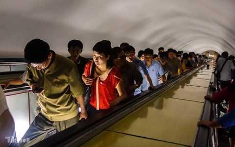Ga tàu điện ngầm ở Bình Nhưỡng nằm ở độ sâu lên tới 109m. Để xuống được ga chính, người ta phải đi thang máy mất khoảng 5 phút đồng hồ. Ở phía cuối của thang máy dài này là những cửa sắt dày để kiểm soát