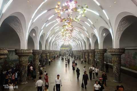 Trạm Yonggwang thì rực rỡ hơn và khá hoành tráng với dàn đèn trang trí khổng lồ. Đây là trạm thứ hai mà khách du lịch được phép tham quan ở Triều Tiên.