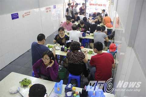 Rất đông người đã đến quán bún chả Hương Liên trong sáng nay.