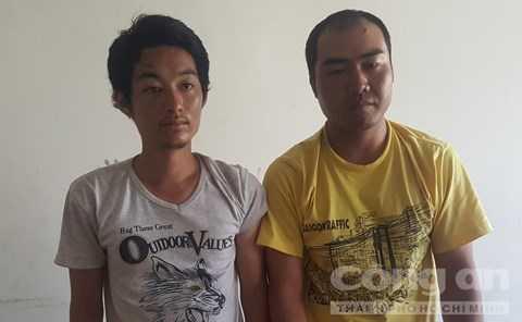 Hai đối tượng người Trung Quốc bị công an bắt giữ - Ảnh: Người dân cung cấp