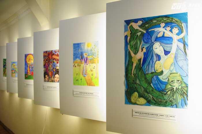 Những bức tranh được trưng bày tại triển lãm - Ảnh: Tùng Đinh