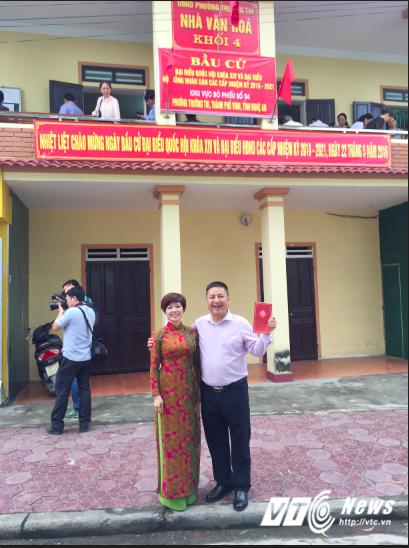 NSƯT Chí Trung, Ngọc Huyền đang có chuyến lưu diễn   phục vụ bà con tại Vinh (Nghệ An), nên anh đã tham gia bỏ phiếu bầu cử   đại biểu Quốc hội khóa XIV và đại biểu HĐND các cấp nhiệm kỳ 2016-2021   tại địa phương này.
