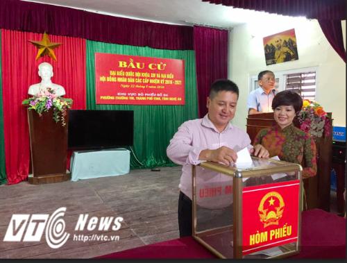 Sau khi tìm hiểu kỹ về các ứng cử viên đại biểu quốc hội, hai vợ chồng NSƯT Chí Trung - Ngọc Huyền bỏ lá phiếu của mình tại điểm bầu cử.