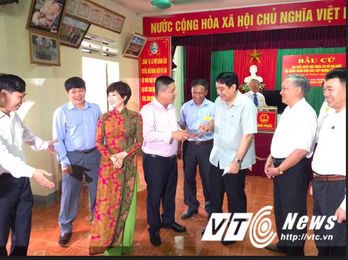 Vợ chồng NSƯT Chí Trung, Ngọc Huyền có mặt từ rất sớm để bỏ lá phiếu thể hiện quyền công dân của mình.