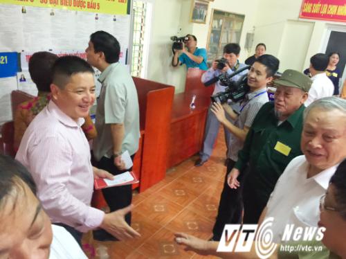 Rất đông người dân đã có mặt tại điểm bỏ phiếu từ sớm, cùng vợ chồng NSƯT Chí Trung tham gia bầu cử.
