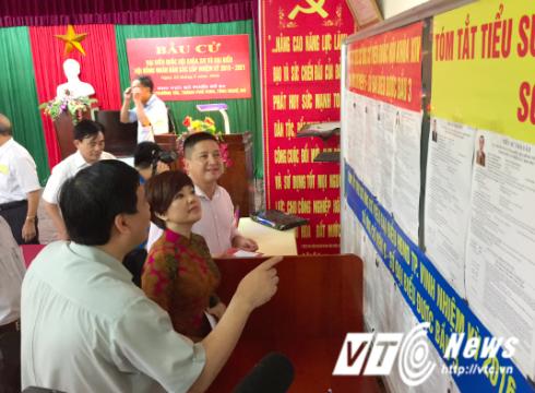 NSƯT Chí Trung - Ngọc Huyền  xem xét kỹ tiểu sử các ứng cử viên đại biểu quốc hội tại điểm bầu cử.