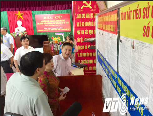 NSƯT Ngọc Huyền  chăm chú tìm hiểu kỹ tiểu sử các ứng cử viên đại biểu quốc hội mà mình sẽ bỏ phiếu.