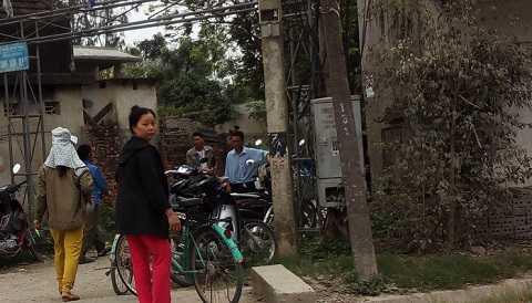 Hàng xóm nghe tin đã đến chia sẻ sự mất mát với gia đình
