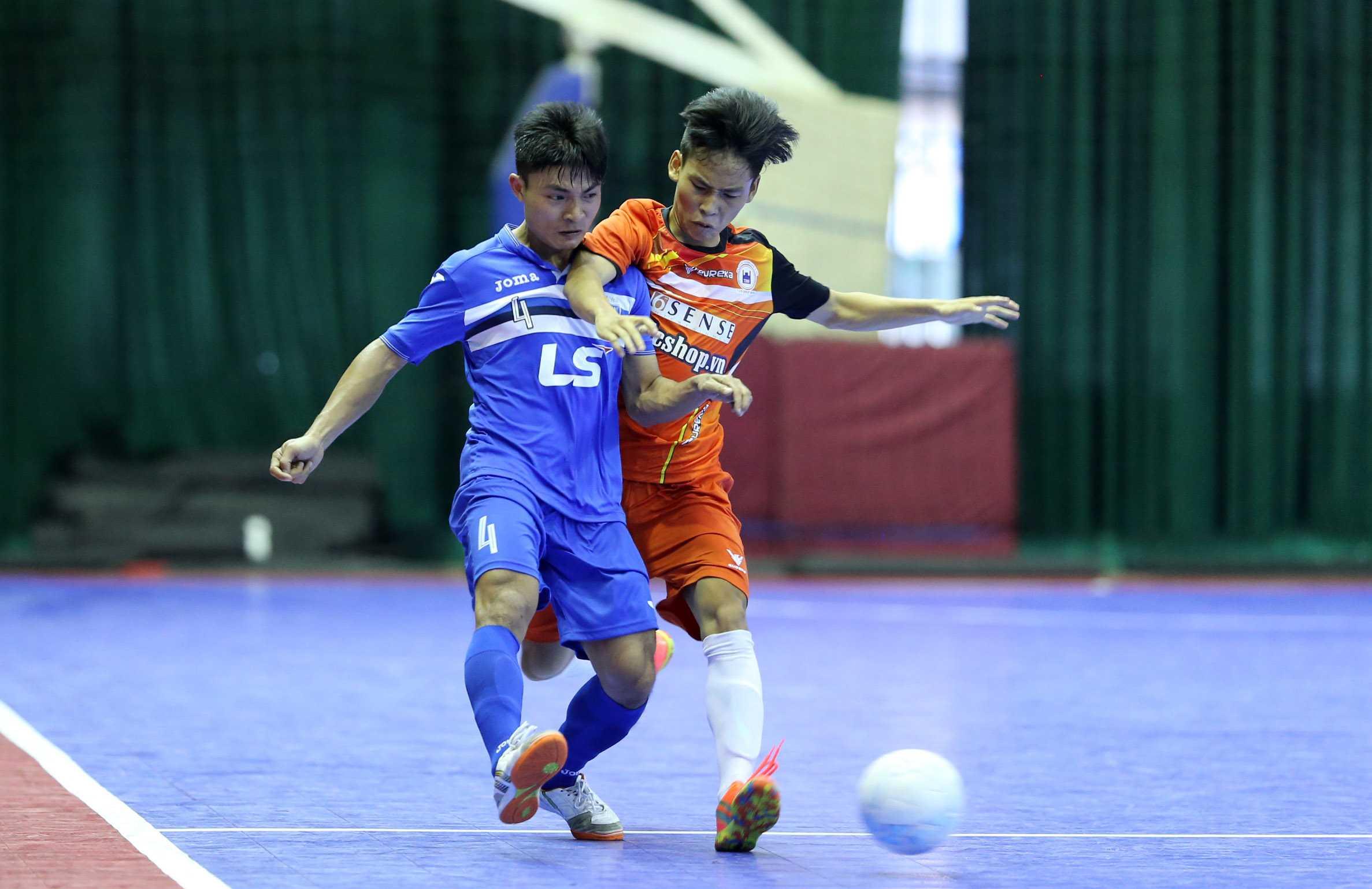 Thái Sơn Nam (áo xanh) mạnh mẽ tiến về ngôi vô địch