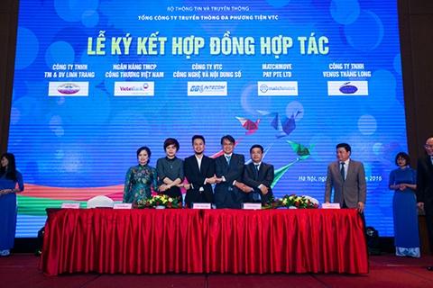 Ông Nguyễn Thanh Hưng, giám đốc công ty VTC Intecom( Đứng chính giữa) và bà Nguyễn Thị Thanh Thủy, Giám đốc hãng taxi Long Biên (Ngoài cùng bên trái) và các đối tác của VTC Pay tại lễ kí hợp đồng hợp tác)