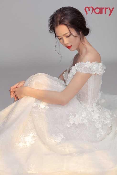 Vũ Ngọc Anh khoe hình thể sexy trong những trang phục cưới.
