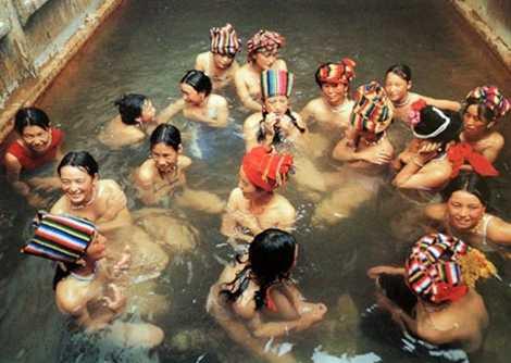 Hồ Lulu, nơi nam nữ người Mosuo tự do tắm chung.