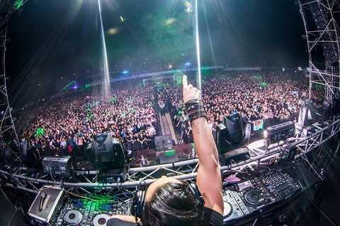Sự kiện Lễ hội âm nhạc VEW với sự tham gia của của những DJ hàng đầu thế giới vừa diễn ra tại Ecopark đã thu hút 15000 khán giả tham dự