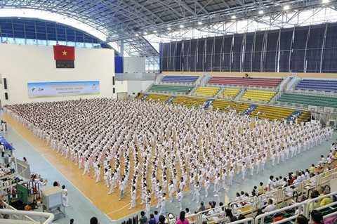 Gần 3.000 người cao tuổi và trung niên biểu diễn đồng diễn dưỡng sinh xác lập kỷ lục Việt Nam