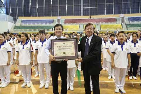 Tổ chức kỷ lục Việt Nam trao Bằng xác lập kỷ lục số lượng người cao tuổi và trung niên đồng diễn dưỡng sinh đông nhất cho Vinamilk