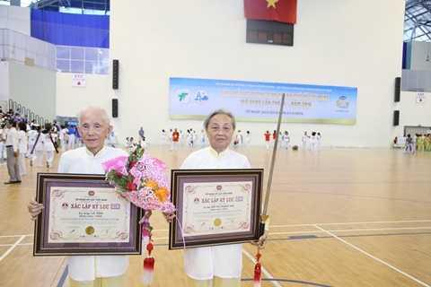 Tổ chức kỷ lục Việt Nam trao Bằng xác lập kỷ lục cho 2 cụ ông, cụ bà lớn tuổi nhất biểu diễn bài Thái cực kiếm 32 thức