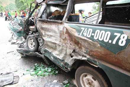 Chiếc xe khách hạ tải bị biến dạng sau cú va chạm, một số mặt hàng trên xe văng tung toé trên mặt đường. (Ảnh: TP)