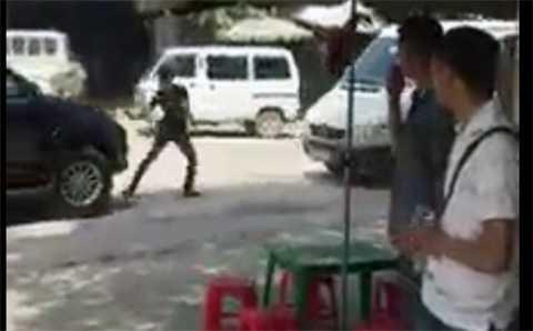 Người thanh niên chạy theo lao vào định chặn đầu xe 7 chỗ - Ảnh cắt từ clip