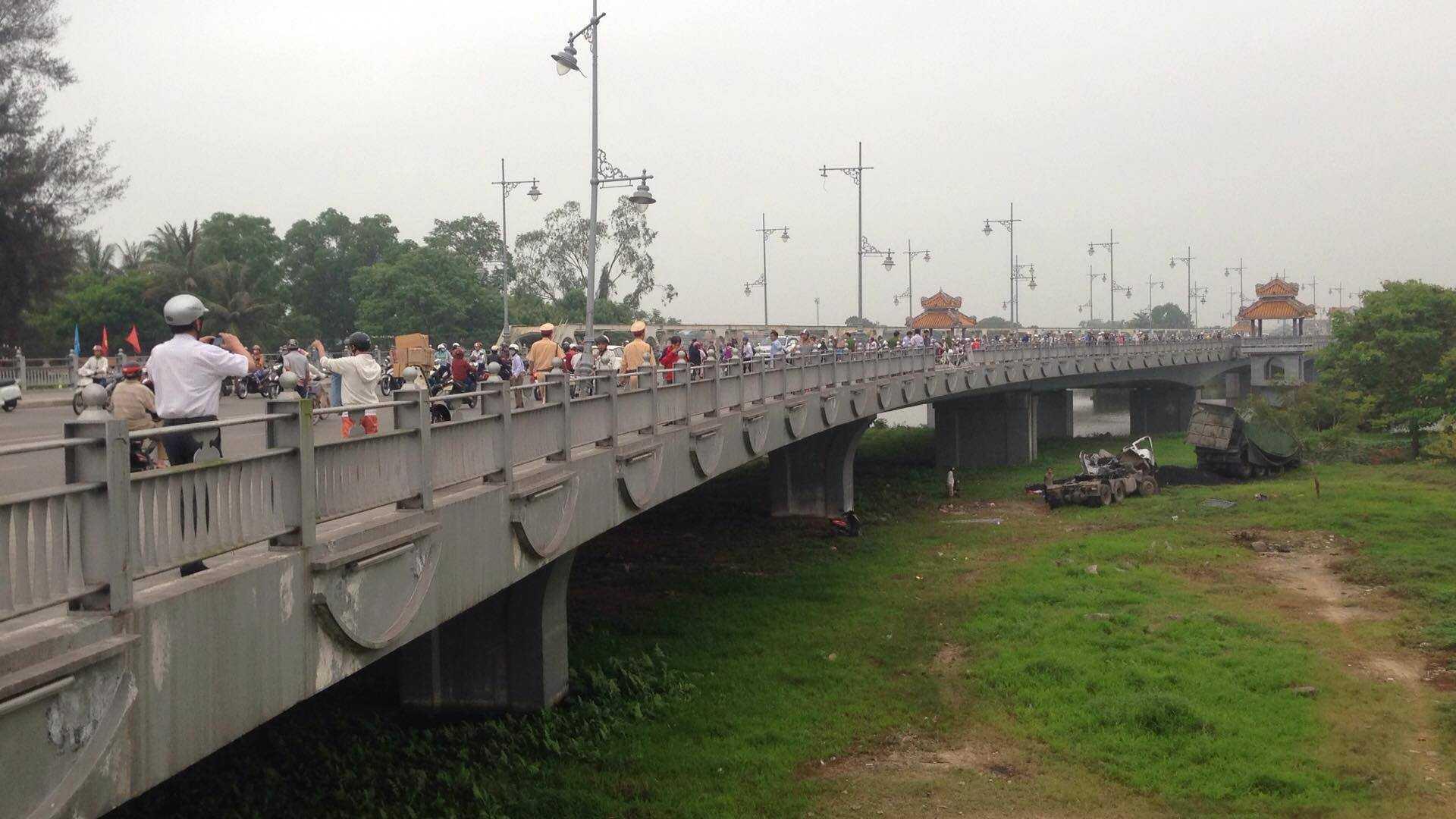 Xe đầu kéo cày nát một đoạn thành cầu trước khi lao xuống sông.