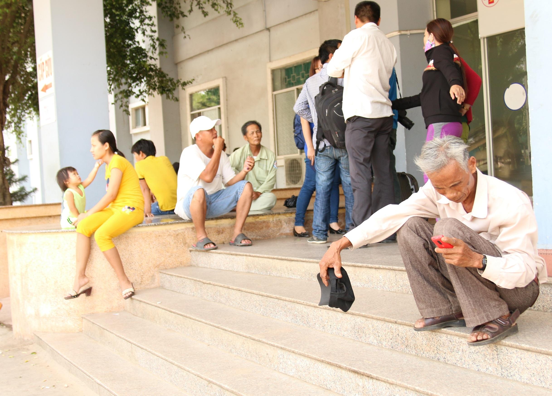 3.Người nhà các nạn nhân trước khoa cấp cứu bệnh viện đa khoa Quảng Ngãi.