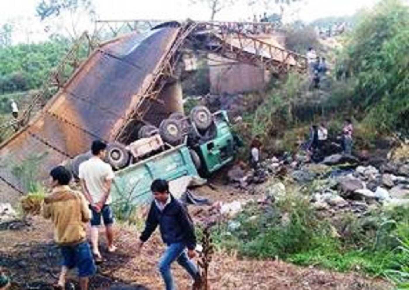 Chiếc cầu bị sập hoàn toàn, xe tải hư hỏng nặng, biện dạng. Rất may không có thiệt hại về người. (Ảnh FB)