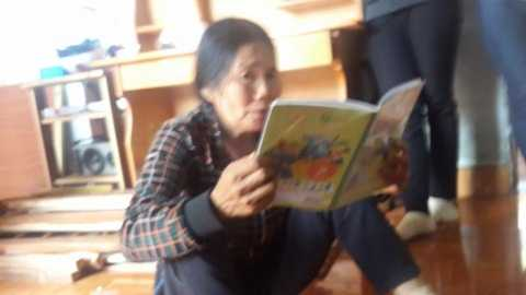 Bà ngoại bé Quỳnh òa khóc và xem lại những chữ viết của cháu - Ảnh:Thanh Hải