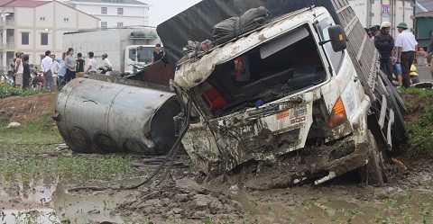 Đầu xe tải chở két đựng bia biến dạng