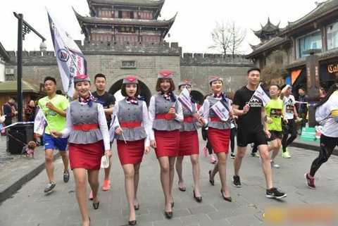 Các tiếp viên hàng không tương lai của   Học viện Hàng không Tây Nam Tứ Xuyên đã thu hút sự chú ý của mọi người   bởi vì vừa chạy trên giày cao gót vừa giơ cao tấm biển đề dòng chữ: